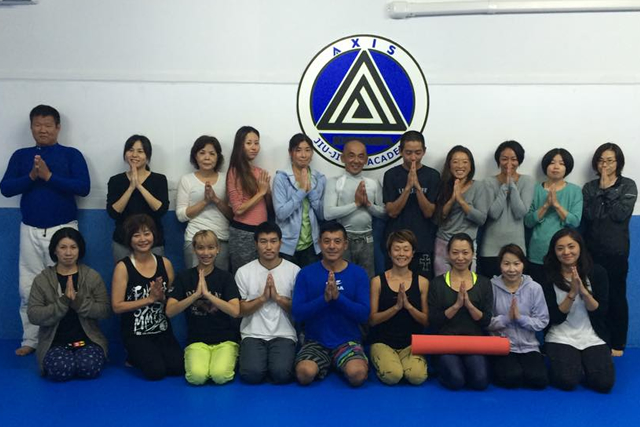 ヨガクラスのメンバーと柔術のメンバーで集合写真